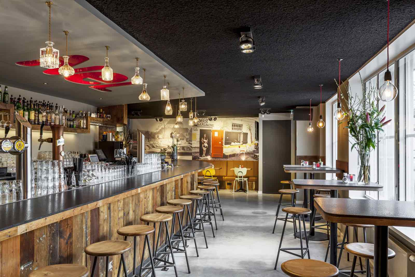 Brasserie NeL zithoek en bar